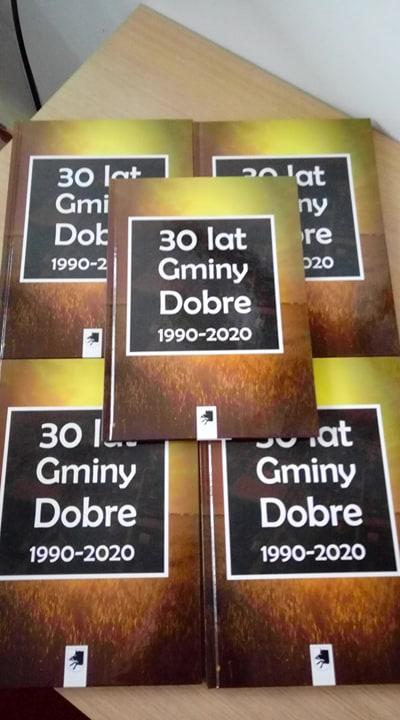 Zdjęcie przedstawia egzemplarze publikacji pt.: 30 lat Gminy Dobre