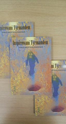 fotografia przedstawia trzy egzemplarze książki Inspirowani Tyrmandem