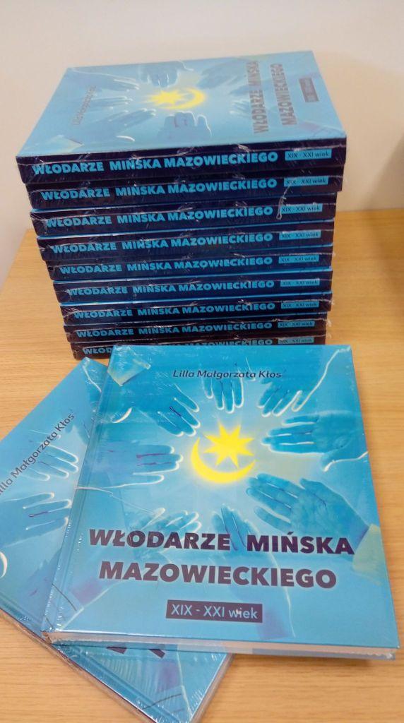 na zdjęciu stos książek Lilli Kłos: Włodarze Mińska Mazowieckiego